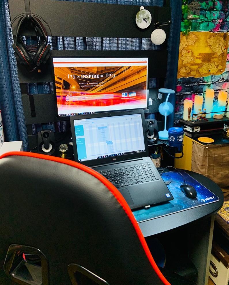 在宅勤務時のデスクの様子。長時間座っても疲れにくい椅子を使用。ディスプレイは縦に2画面化している。